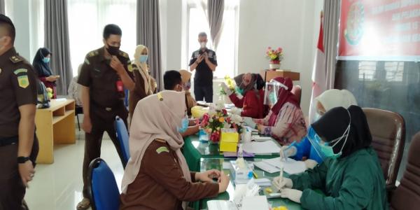 Kejaksaan Negeri Palembang kembali menggelar Rapid test bagi seluruh pegawai dan Honorer